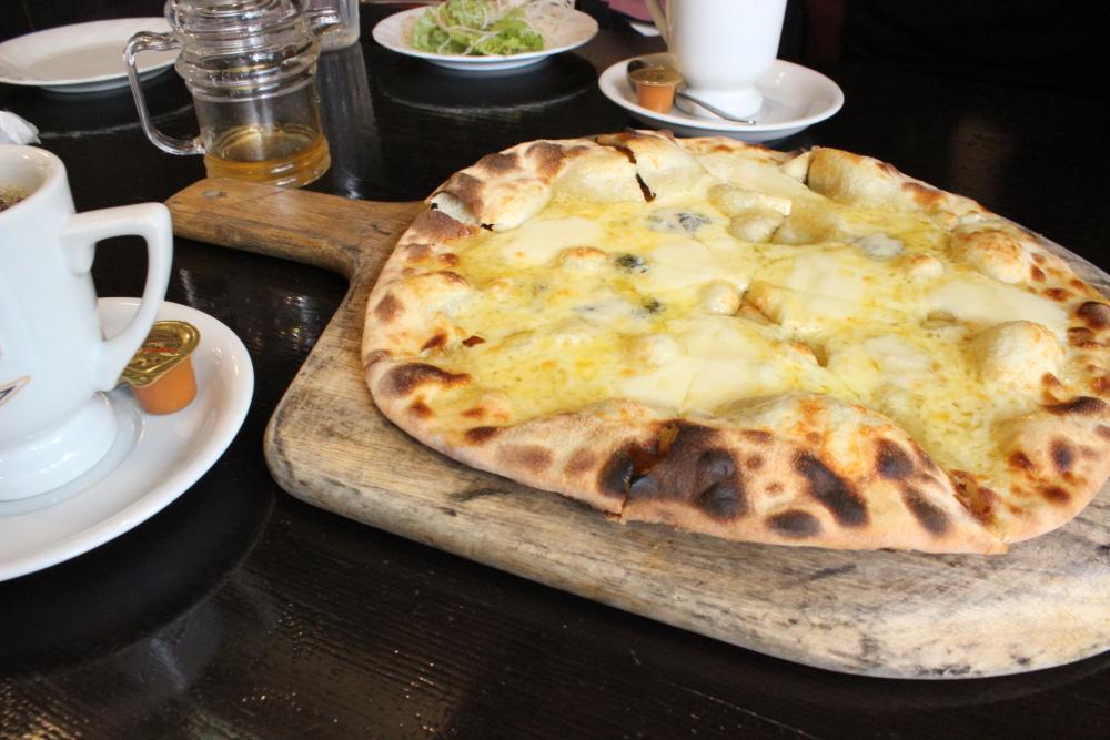 チーズとはちみつのピザ in 珈琲哲学